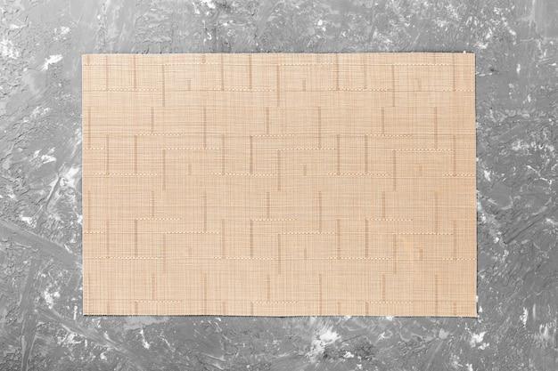 Obrus tekstylny na drewnianym stole