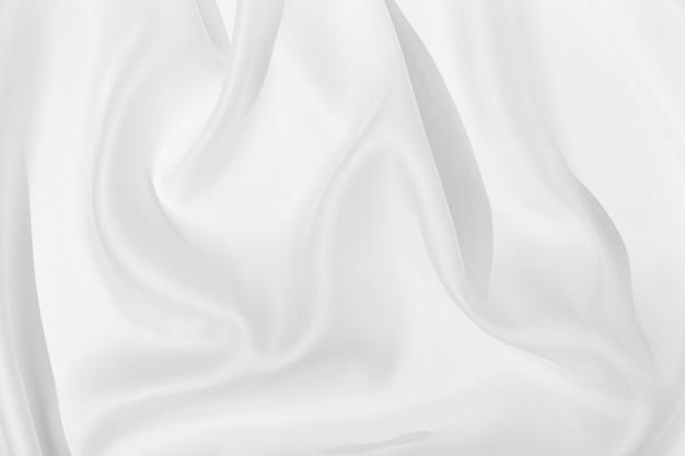 Obrus z lnu tekstylnego w kolorze białym z pięknymi zakładkami. powierzchnia tkaniny jako tło.
