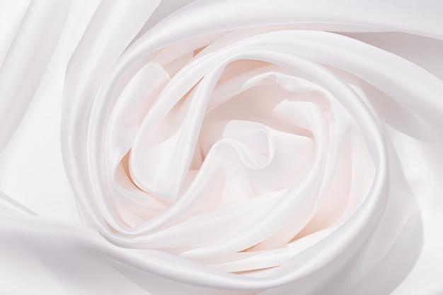 Obrus z lnu tekstylnego w kolorze białym z pięknymi zakładkami. powierzchnia tkaniny jako tło