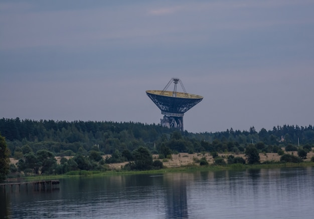 Obserwatorium radioastronomiczne kalyazin. ogromna antena radiowa.