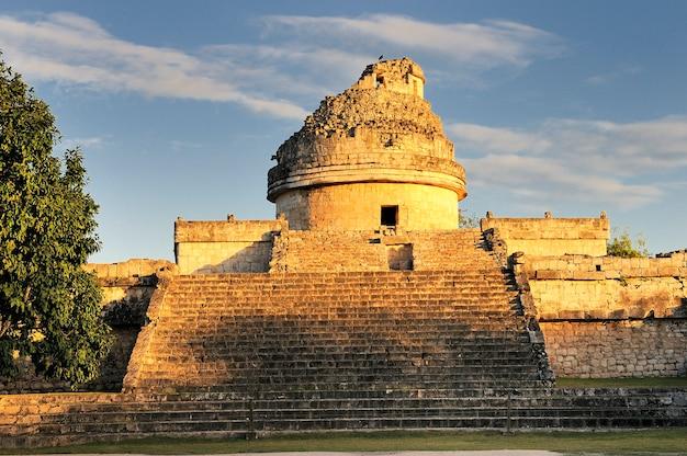 Obserwatorium w chichen itza, meksyk, jukatan