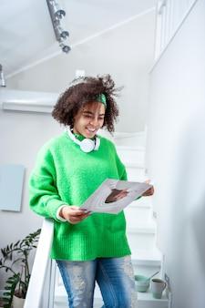 Obserwowanie informacji. ciekawa młoda dama czytająca magazyn edukacyjny o tematyce edukacyjnej i interesująca się psychologią