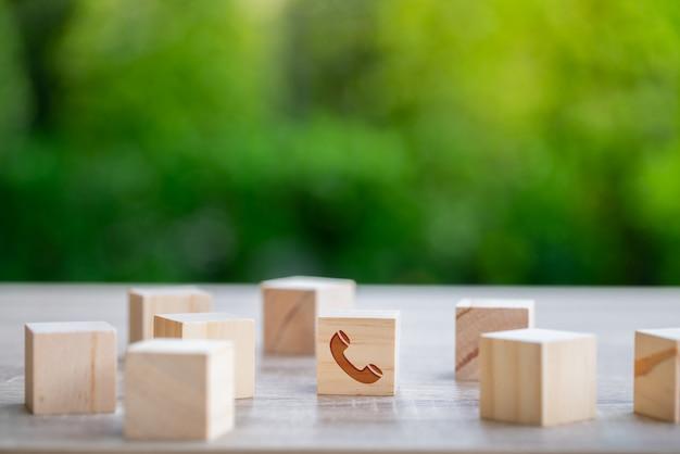 Obsługa klienta i skontaktuj się z nami ikona na klawiaturze drewna kostki