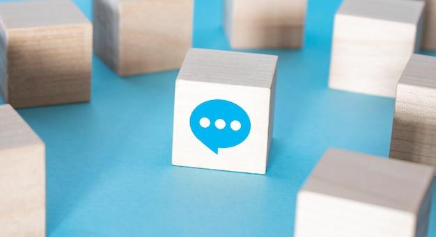 Obsługa klienta ikona kontaktu z nami na drewnianej klawiaturze kostki