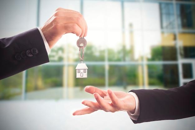 Obsługa klucza do domu. klucz, przeprowadzka, koncepcja nieruchomości