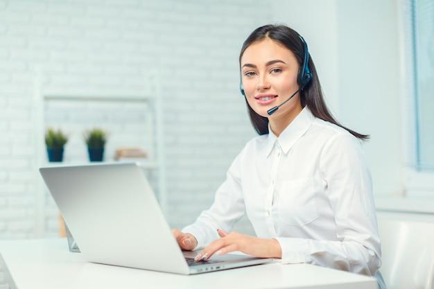 Obsługa operatora telefonu w zestawie słuchawkowym w miejscu pracy