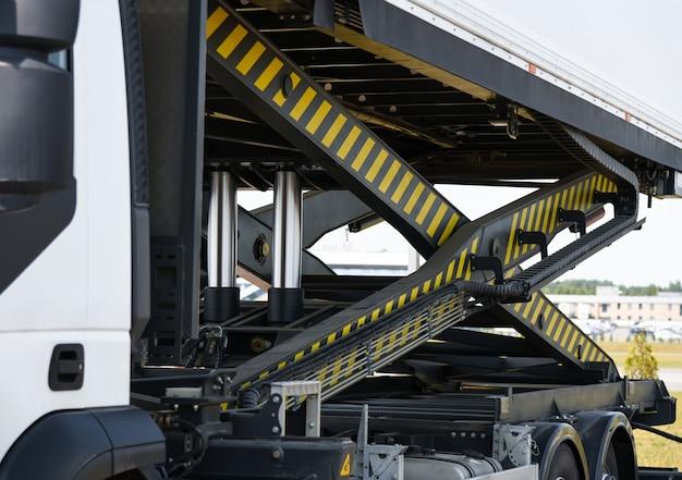 Obsługa podnośnika hydraulicznego specjalnej windy towarowej.