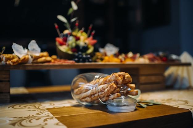 Obsługa restauracji. stół w restauracji z jedzeniem na imprezie przekąski na stole jedzenie.