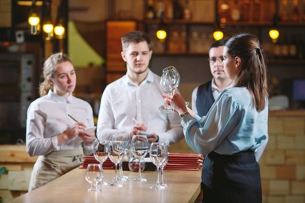Obsługa restauracji uczy się rozróżniać kieliszki.