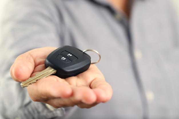 Obsługa wręcza kluczyki klientom, którzy przyjeżdżają po samochód.