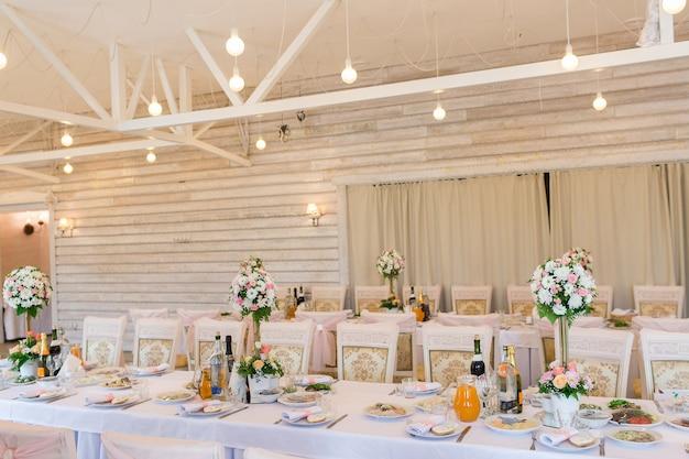 Obsługiwane stoły na wesele w sali bankietowej