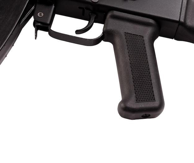 Obsługuj i wyzwalaj broń automatyczną na białym tle