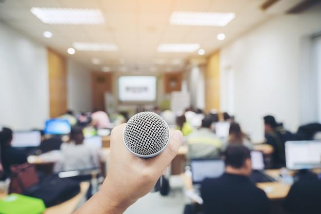 Obsługuj mikrofon w tle sali konferencyjnej
