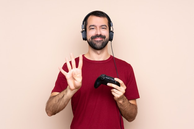Obsługuje bawić się z kontrolerem gier wideo nad odosobnioną ścianą szczęśliwą i liczy cztery palcami