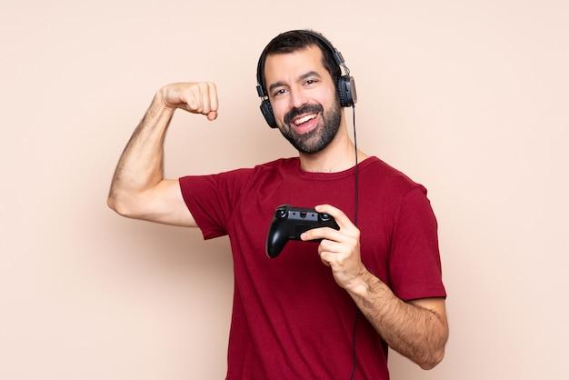 Obsługuje bawić się z wideo gry kontrolerem nad odosobnioną ścianą robi silnemu gestowi