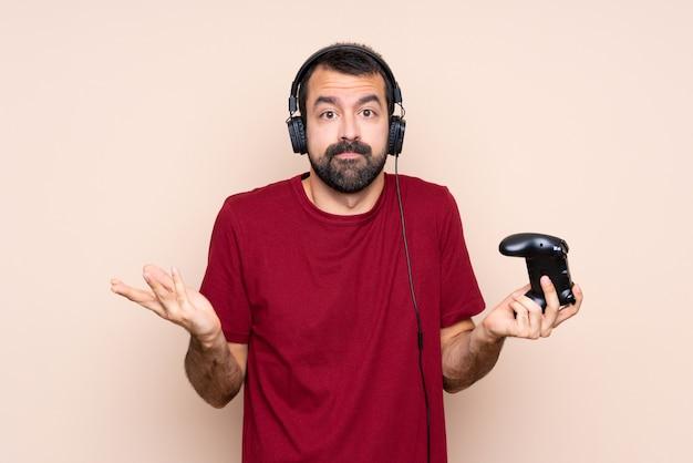 Obsługuje bawić się z wideo gry kontrolerem nad odosobnioną ścianą robi wątpliwość gestowi