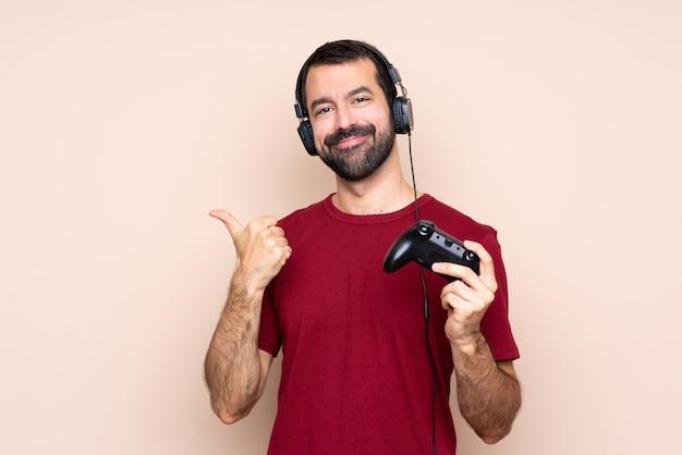 Obsługuje bawić się z wideo gry kontrolerem nad odosobnioną ścianą z aprobata gestem i ono uśmiecha się