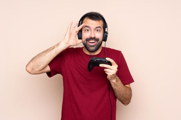 Obsługuje bawić się z wideo gry kontrolerem nad odosobnioną ścianą z niespodzianki wyrażeniem