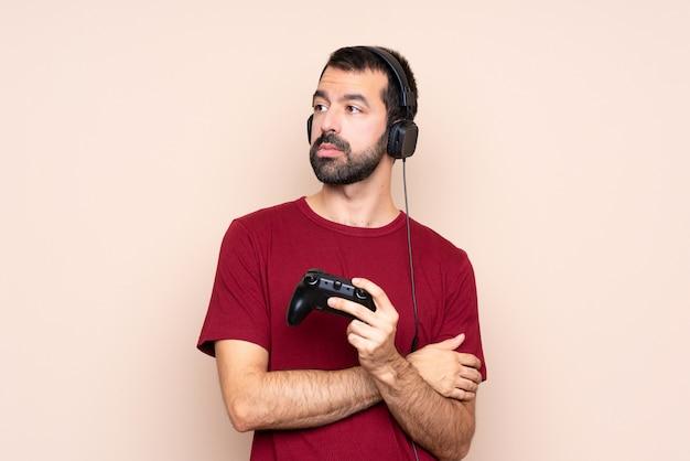Obsługuje bawić się z wideo gry kontrolerem nad odosobnionym ściennym portretem