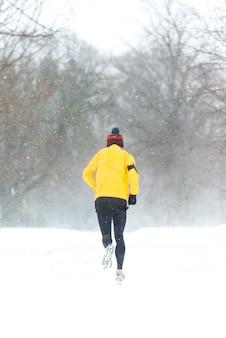 Obsługuje bieg w ciężkim śnieżnym dniu w dublin, irlandia.