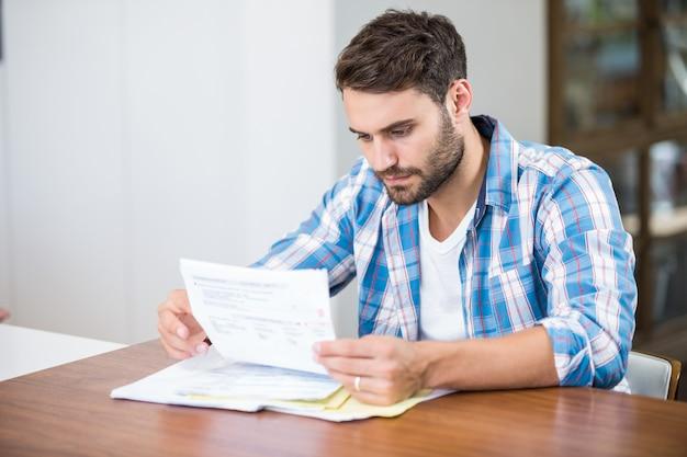 Obsługuje czytanie dokumenty podczas gdy siedzący przy stołem