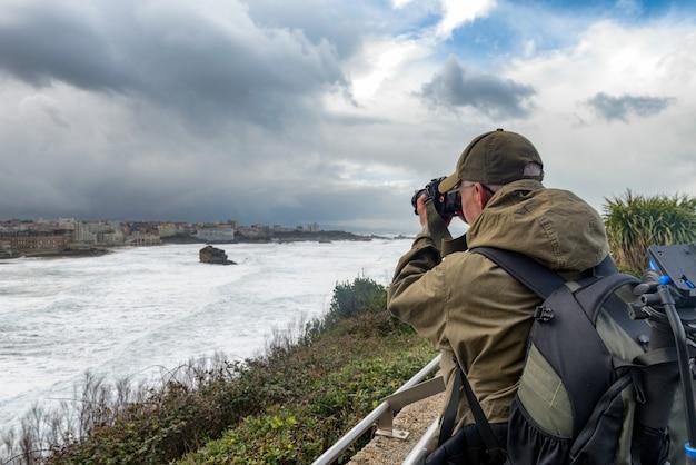 Obsługuje fotografa pracuje podczas burzy w biarritz francja