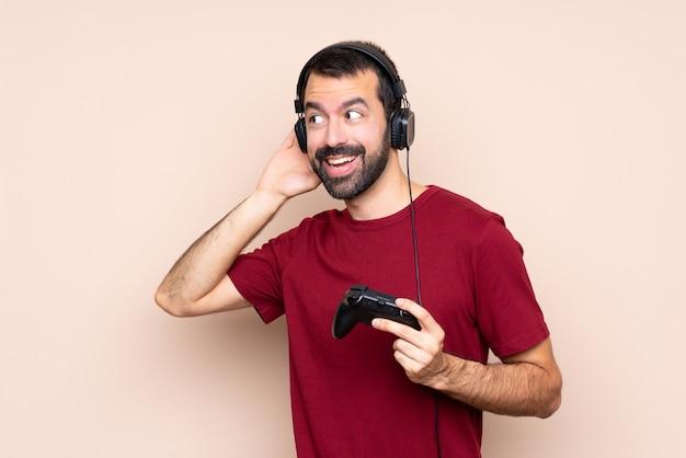 Obsługuje grę z kontrolerem gier wideo nad odosobnioną ścianą słucha coś kładąc rękę na ucho