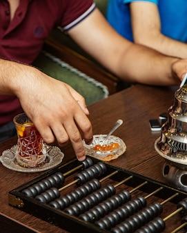 Obsługuje liczenie w abakus liczącej maszynie przy herbacianym domem