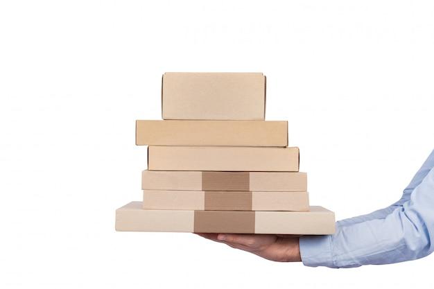 Obsługuje mienie kartony odizolowywający na biel ścianie. wysyłanie towarów i żywności w domu.