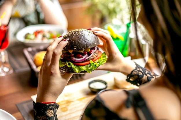 Obsługuje mienie mięsnego hamburgeru sałaty pomidorowych cebulkowych fasoli bocznego widok