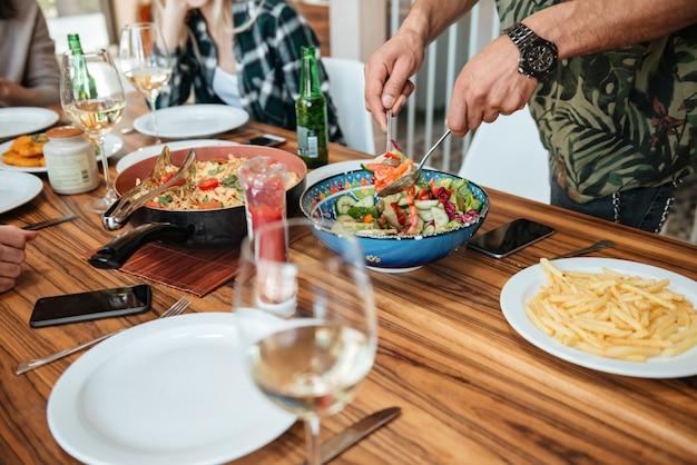 Obsługuje mieszać jarzynowej sałatki i mieć kolację z przyjaciółmi