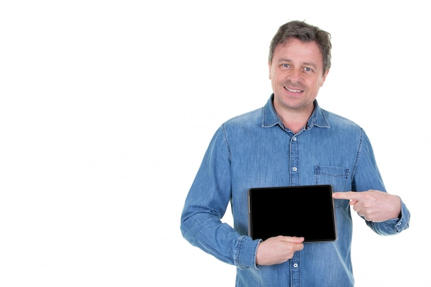 Obsługuje odosobnionego na bielu w błękitnej koszulowej mienie pastylce i pokazywać mu czarny ekran z szczęśliwym uśmiechem, jakby doradzający produkt lub zastosowanie