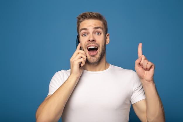 Obsługuje opowiadać na smartphone i pokazywać pomysłu gest odizolowywającego na błękicie