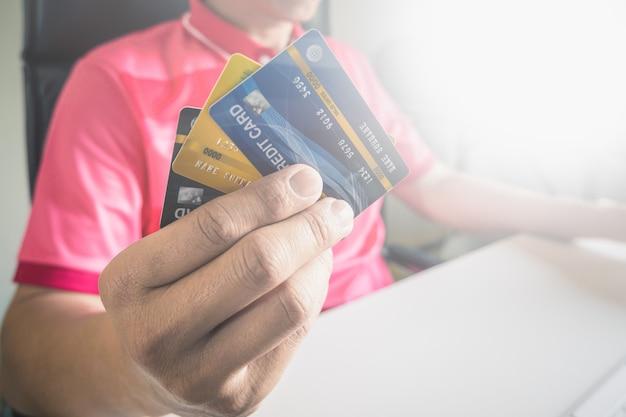 Obsługuje płacić z kredytowymi kartami na komputerze w domu