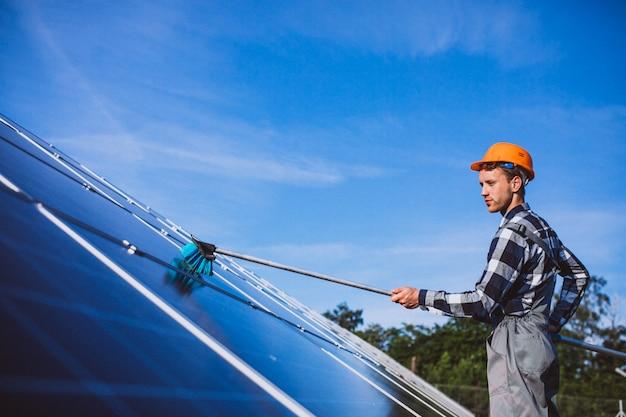 Obsługuje pracownika w firld przez panele słoneczne