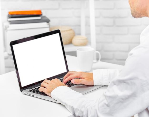 Obsługuje rękę na laptop klawiaturze z pustego ekranu monitoru zakończeniem up