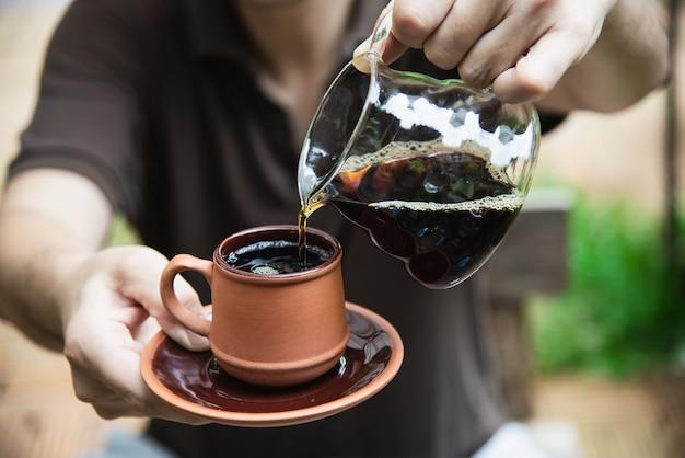 Obsługuje robić kapinos świeżej kawie w rocznika sklep z kawą