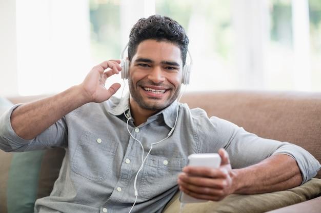 Obsługuje słuchanie muzyki na telefonie komórkowym w żywym pokoju w domu