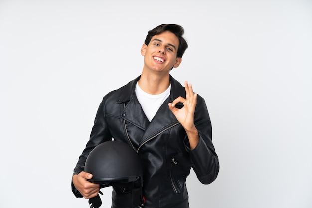 Obsługuje trzymać motocyklu hełm pokazuje ok znaka z palcami