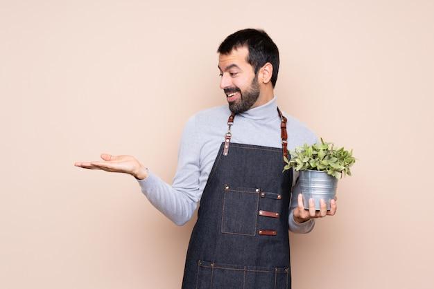Obsługuje trzymać rośliny mienia copyspace z dwa rękami