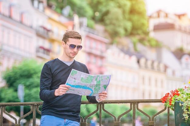 Obsługuje turysty outdoors w włoskiej wiosce na wakacje