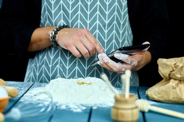 Obsługuje używać elektroniczną pastylkę w kuchni dla piec