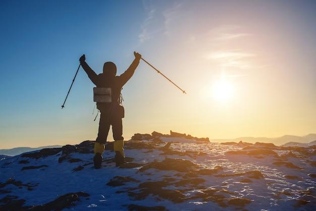 Obsługuje wycieczkowiczy turysty świętuje sukces stoi na wierzchołku, przy szczytem