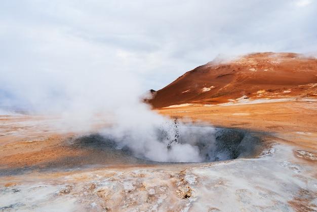 Obszar geotermalny namafjall z erupcjami parowymi, islandia, europa
