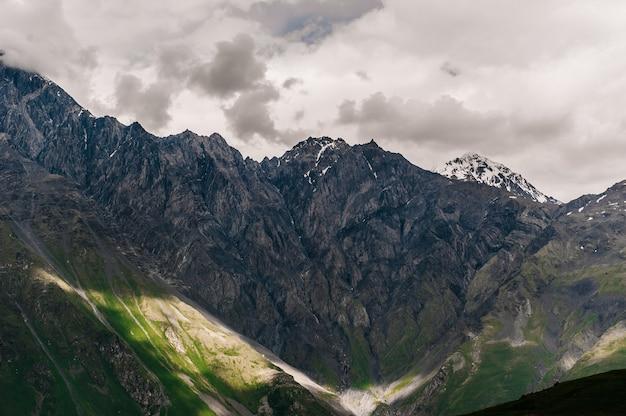 Obszar kazbegi. góry w gruzji.