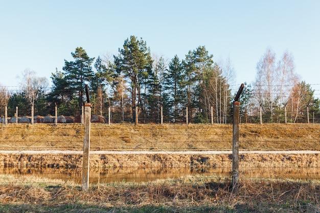 Obszar niebezpieczny ogrodzony ogrodzeniem z drutu kolczastego