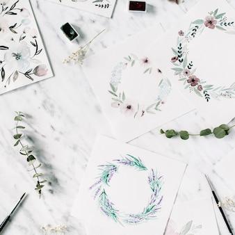 Obszar roboczy artysty. akwarele z ramkami i kwiatami