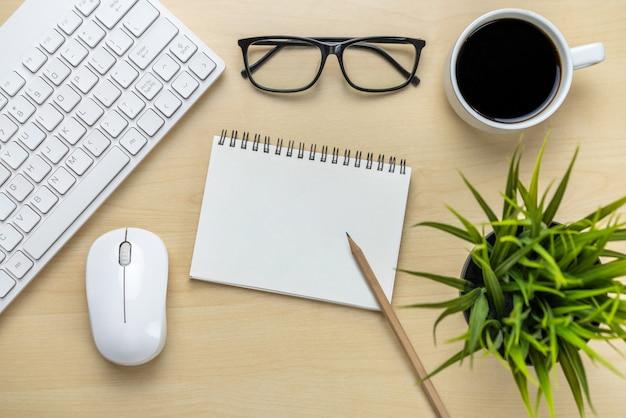 Obszar roboczy biurka i stół z widoku z góry nad płasko ułożonymi obiektami. nowoczesny, minimalistyczny pulpit do kreatywnej pracy. koncepcja minimalizmu.