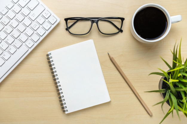 Obszar roboczy biurka i tło stołu z widoku z góry nad płaskimi obiektami świeckimi. nowoczesny, minimalistyczny komputer stacjonarny do kreatywnej pracy. koncepcja minimalizmu.