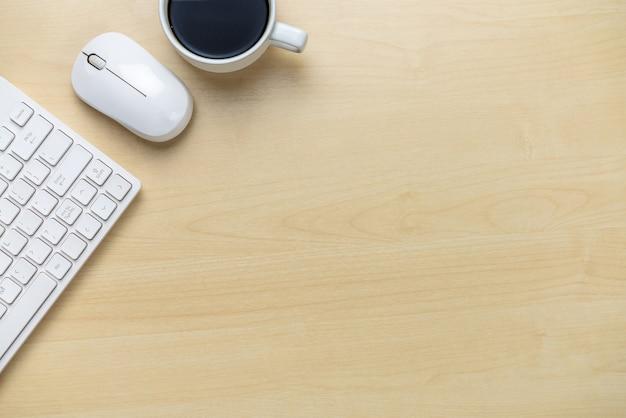 Obszar roboczy biurka i tło stołu z widoku z góry powyżej płaskich obiektów świeckich. nowoczesny, minimalistyczny pulpit do kreatywnej pracy. koncepcja minimalizmu.